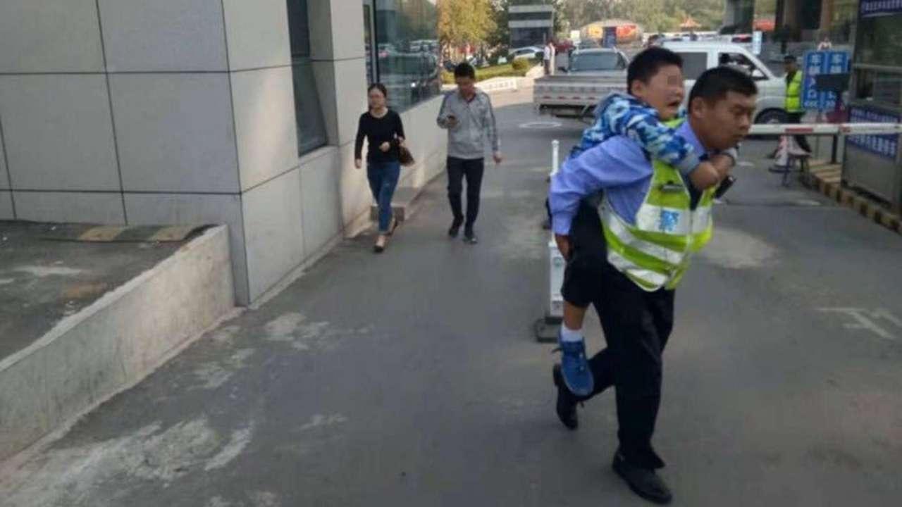章丘一儿童被车轮挤伤 交警背着孩子奔跑就医