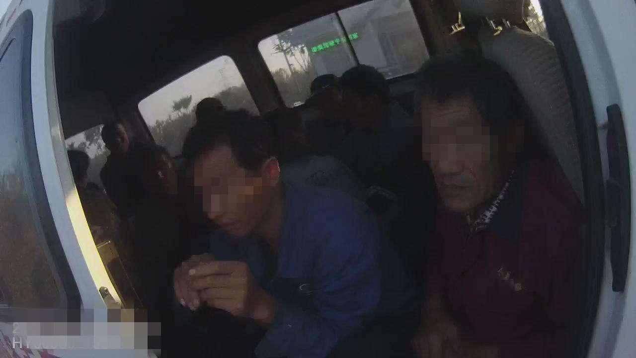 青岛:6座小客车硬塞16人 刚下高速就被查