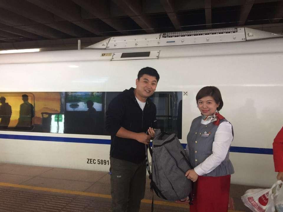 济南乘客高铁遗失背包 车长往返青岛千里送回