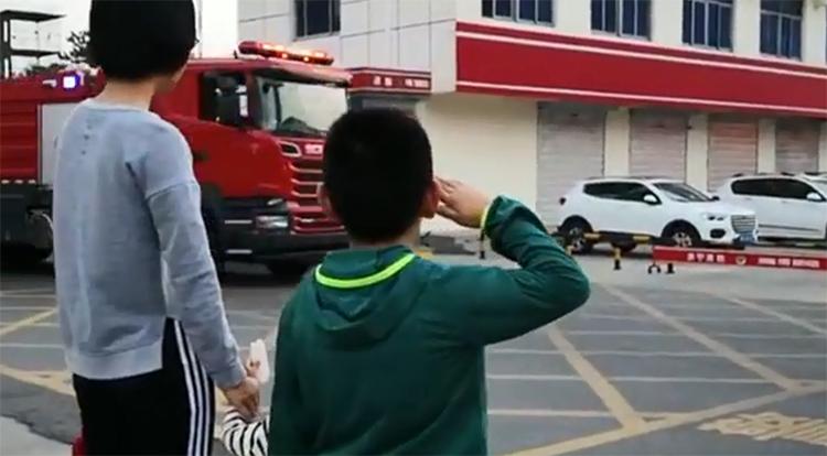 68秒|刷爆!看望执勤老爸遇出警 济宁9岁娃朝消防车敬礼