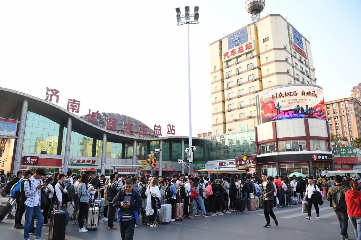 济南长途汽车站学生返校场面壮观 排队登程巴士需2小时