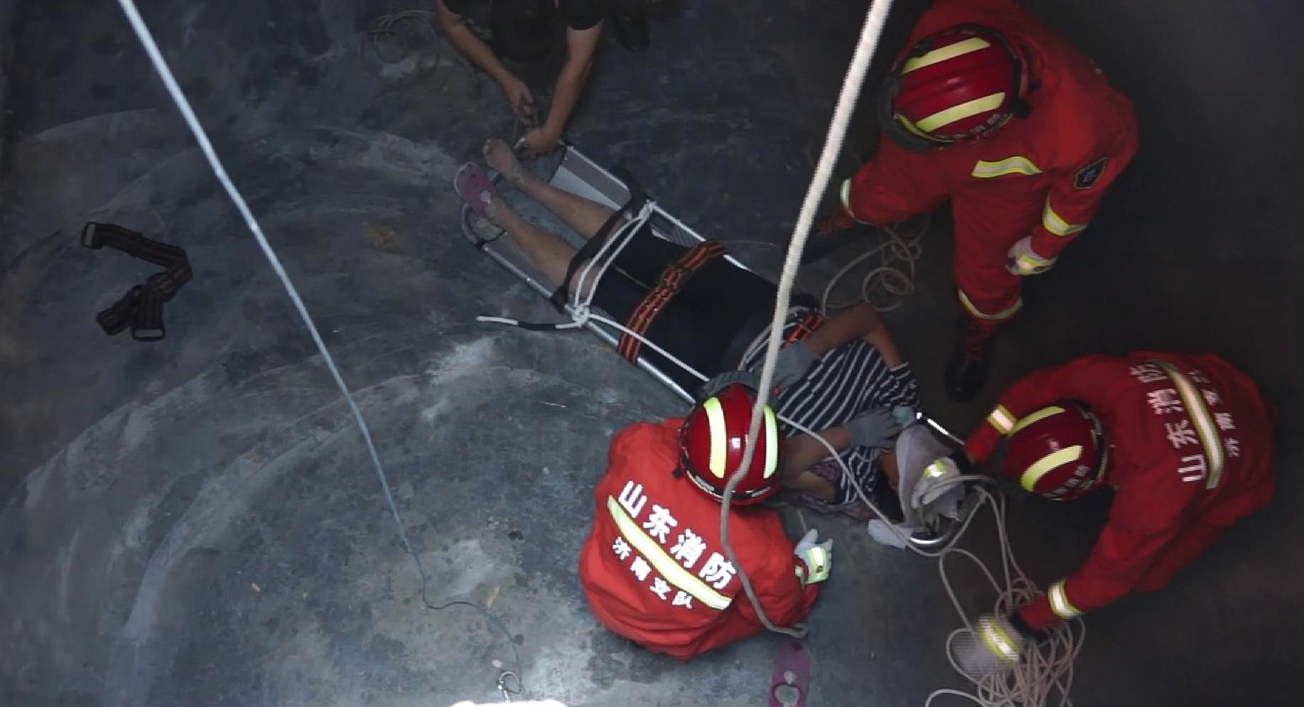 80秒丨女子运料不慎坠入四米井坑 消防兵分两路急救援
