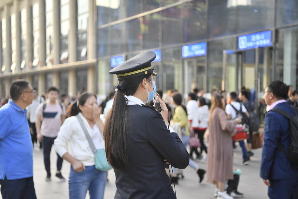 济南火车站迎返程高峰 进站口广播实时导流温暖乘客