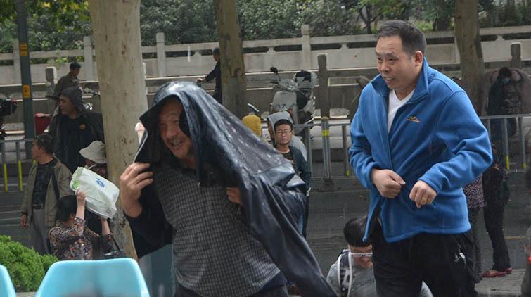 突降急雨!济南市民没带雨具被淋个措手不及