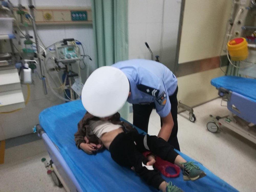 情况危急!莘县4岁男童误喝农药 高速交警紧急送医