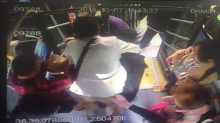 暖新闻:乘客突犯心脏病 公交车变身救护车-天津热点网