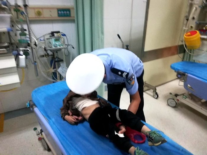 情况危急!莘县4岁男童误喝农药 高速交警及时救助送医