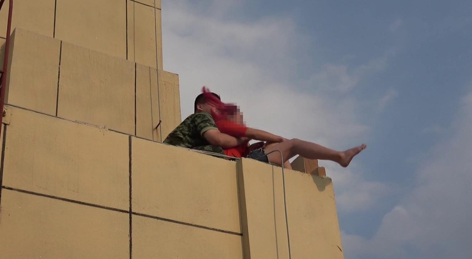 80秒丨女子爬上30楼欲轻生 烟台消防员趁其不备一把拽回