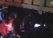 女子被压渣土车车底 潍坊消防紧急施救