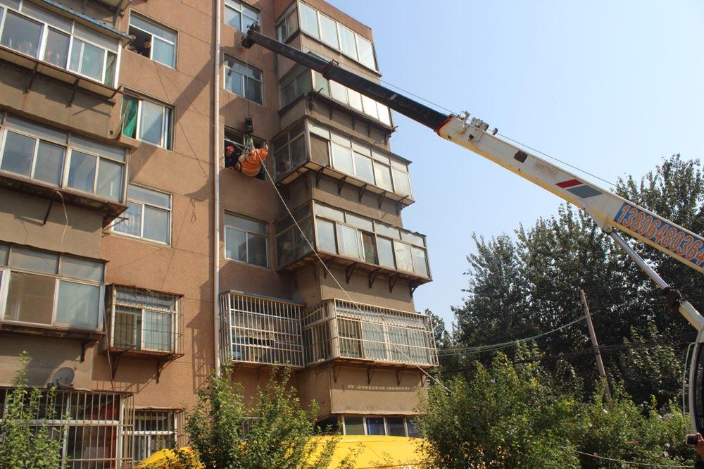 淄博一病人因体型太大被困楼内 医生消防联手将其吊进救护车