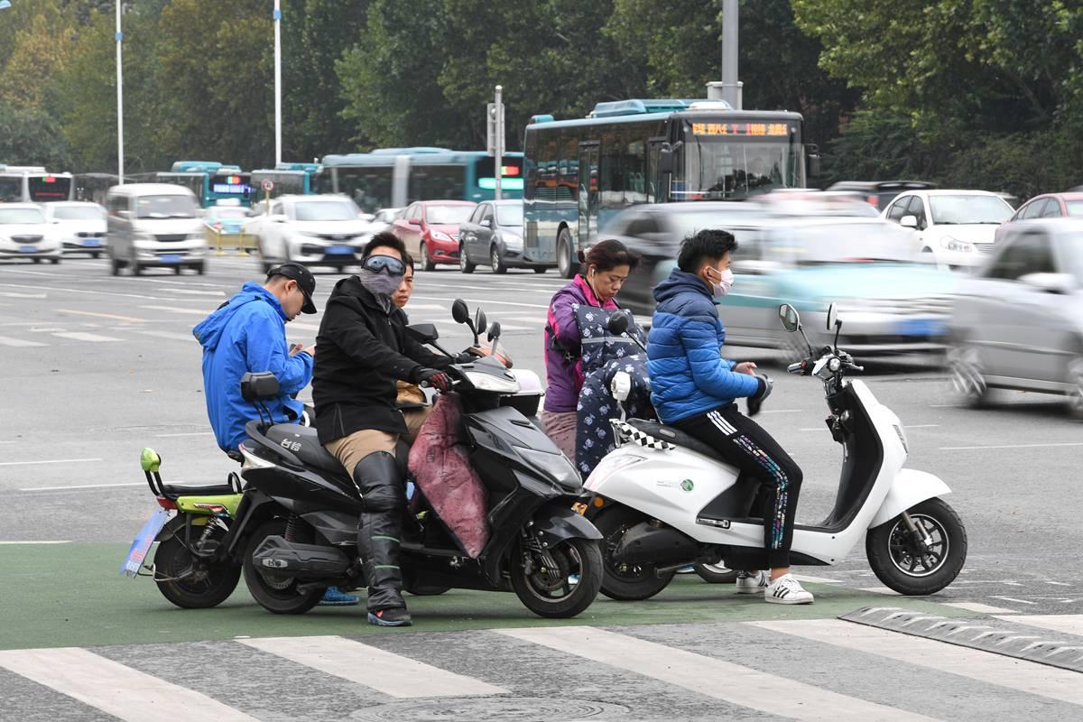秋雨过后济南最低气温3℃ 市民穿羽绒服出行