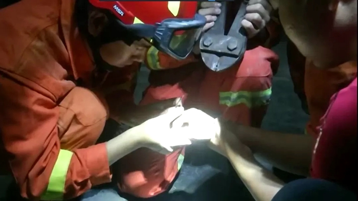 """莘县一名学生戴戒指被""""咬手"""" 消防队员紧急施救"""