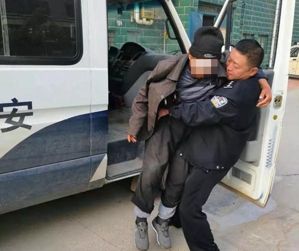 临清一八旬老人走失精神恍惚 民警将其抱上警车沿街找家