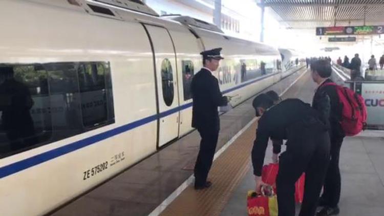 36秒丨老人独自乘车找女儿却拿的是第二天车票 ,多亏高铁泰安站!