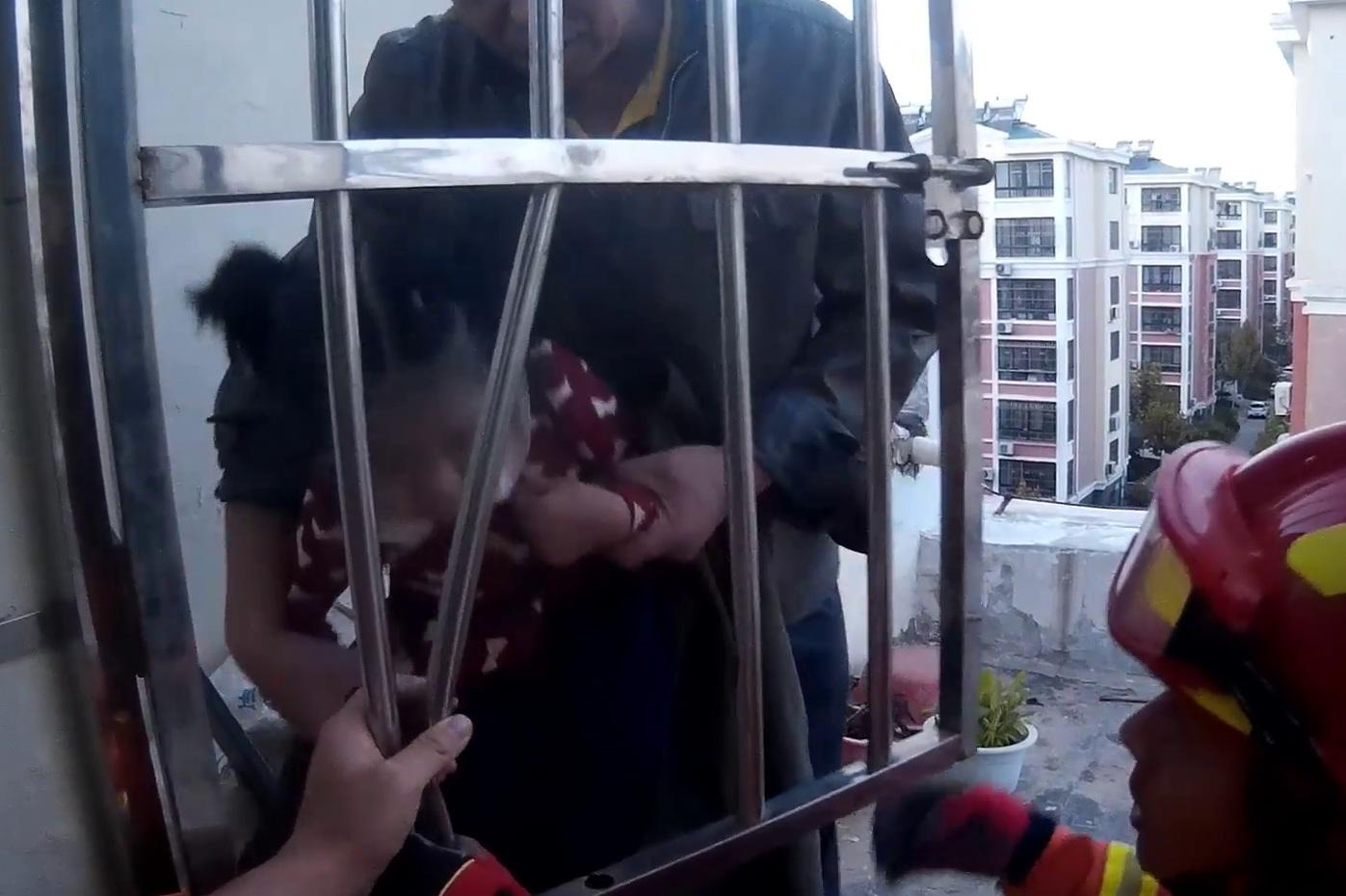 30秒丨武城5岁女童头卡进防盗窗 消防3秒钟救出