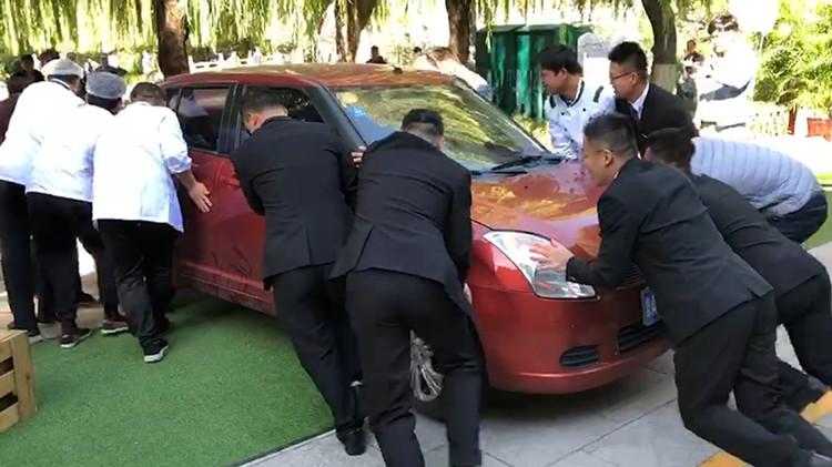 30秒 |咋回事? 婚礼现场众人抬轿车 里面却没有新娘