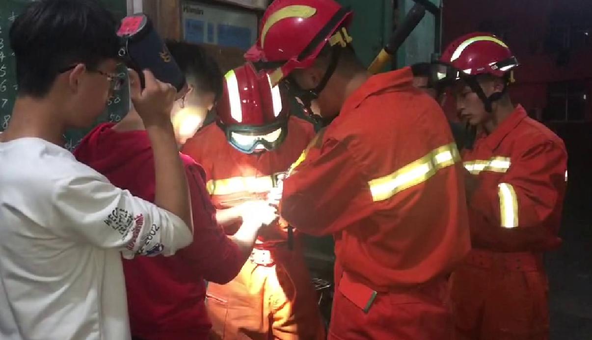 """中学生玩戒指被""""咬手"""" 聊城消防队员成功救助"""
