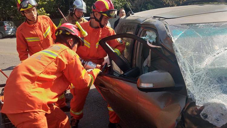 39秒丨轿车撞上货车副驾驶乘客被困 消防紧急救援