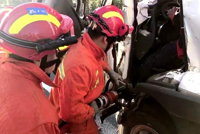 青银高速上两货车追尾一人被困 聊城消防紧急救援