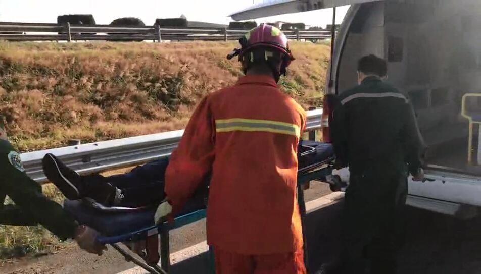 青银高速车辆追尾一人被困 聊城消防紧急救援