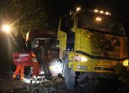 凌晨两车相撞司机被困 潍坊寒亭消防紧急救援
