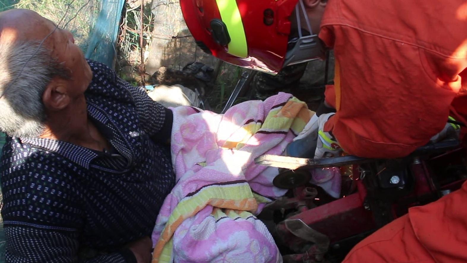 60秒丨淄博六旬老人腿卡耕田机 带着一半旋耕轮送医院