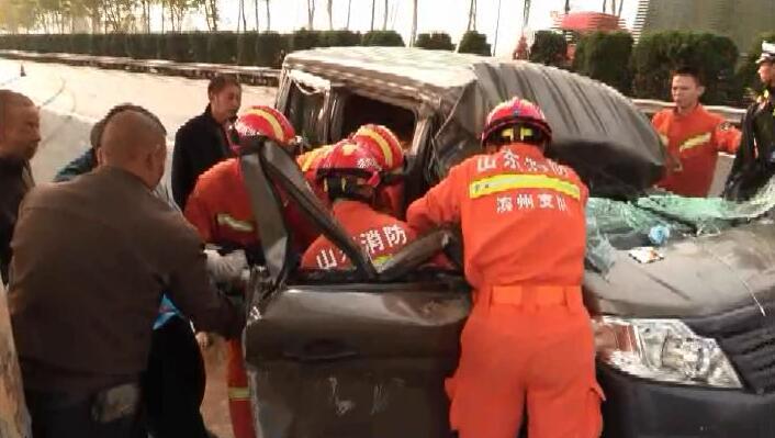 车辆行驶中突然爆胎引发事故 驾驶室挤压变形两人被困车内