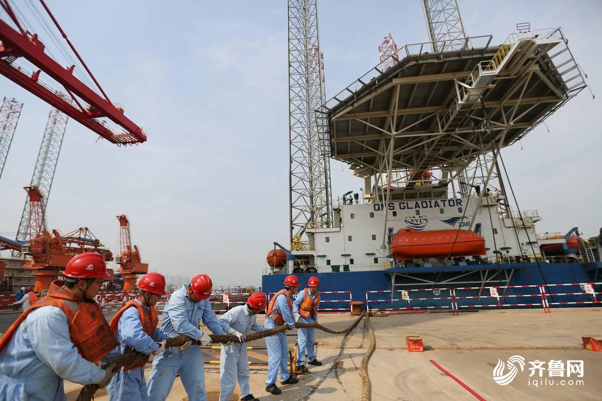 10月15日,青岛海西重机有限责任公司的工人在做启运前的准备工作.