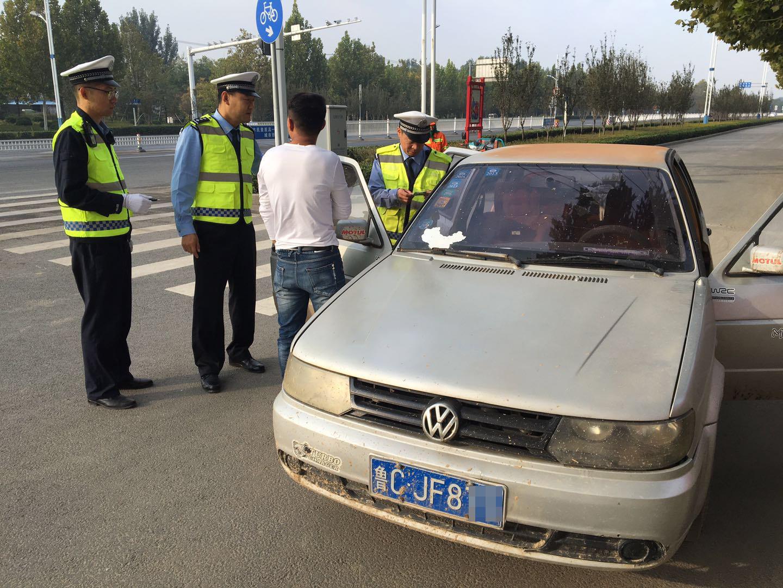 淄博:遇交警检查企图闯卡逃跑 原是无证驾驶套牌车