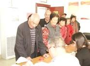 """领了钱过""""重阳"""" 寿光这个社区533位老人平分46万元养老补贴"""