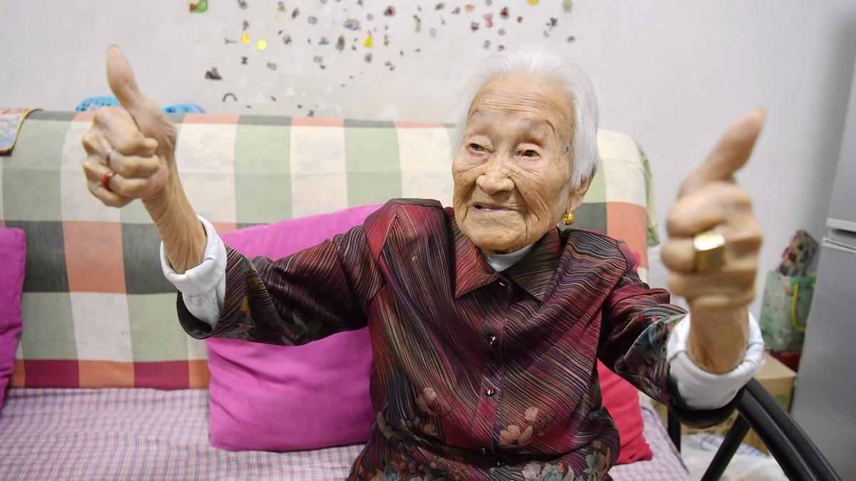 厉害了word奶奶 济南102岁老人不戴老花镜就能穿针引线 还爱哼民谣