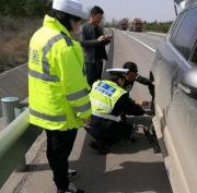 淄博:小轿车高速爆胎 司机站路边幸遇交警救助