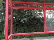 """谁来管一管?潍坊永安路相邻3个公交车亭接连被""""毁容"""""""