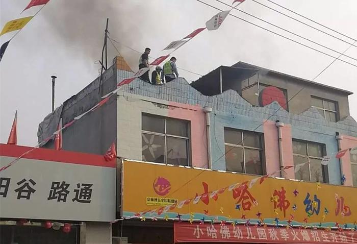 """20秒丨巡逻途中遇幼儿园楼顶起火 交警变""""火警""""迅速灭险情"""