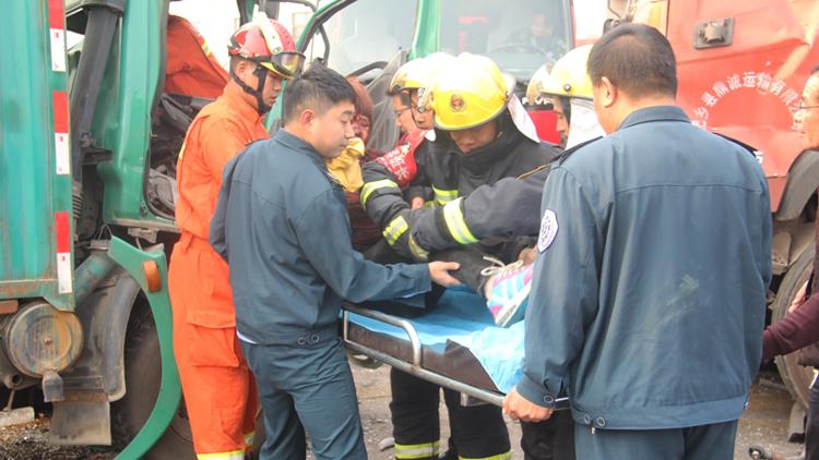 44秒丨新泰翟镇路段发生事故两人被困车内 消防破拆救出伤者