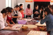 """包""""孝心饺""""、送慰问品 寿光38个村的老人欢度灾后首个重阳节"""
