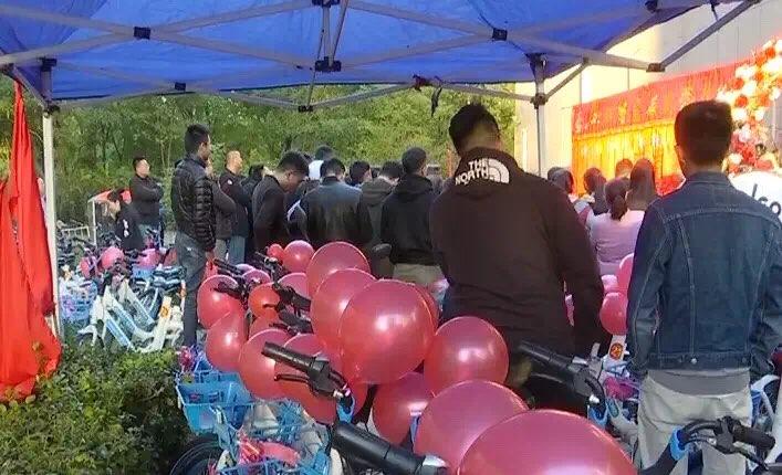 淄博街头现单车娶新娘 新人:低碳婚礼更有意义