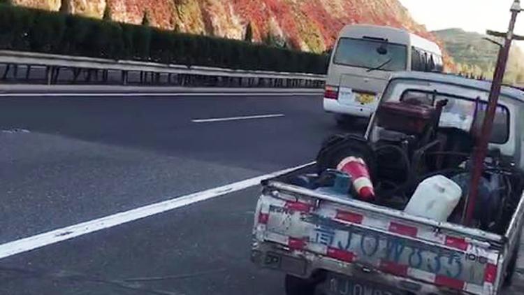 14秒丨客车行驶中突然爆胎 泰安高速交警及时处置险情
