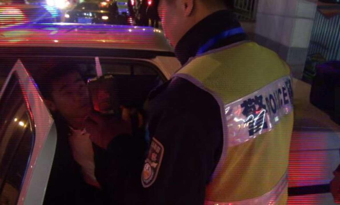 济南一司机酒驾遇交警狡辩:我吃的是荔枝 喝的是白开水