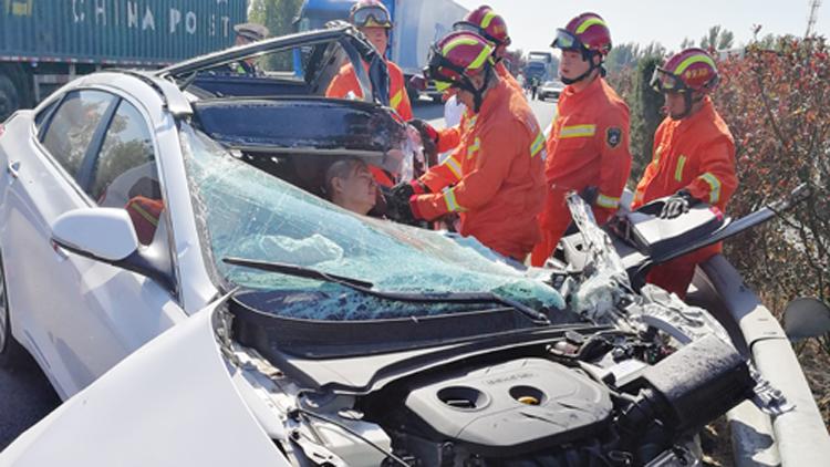 53秒丨一轿车高速撞上护栏面目全非! 驾驶室车门严重变形