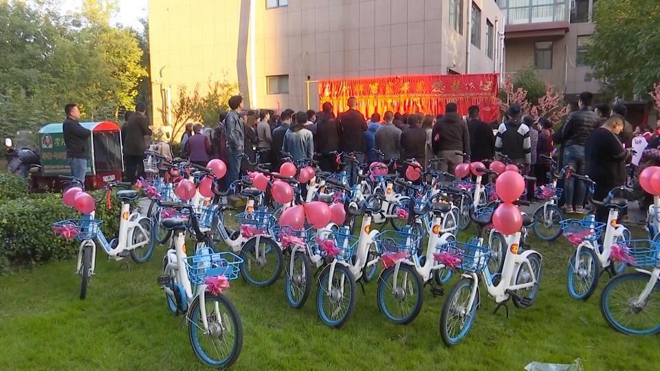 50秒丨50辆共享单车迎亲 淄博小两口:我们不一样