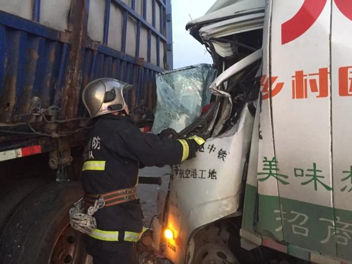 小箱货驾驶员疲劳驾驶追尾半挂车 聊城消防紧急救援