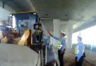 济南一民工无牌无证驾驶特种车辆上路 执勤交警一查:醉驾!
