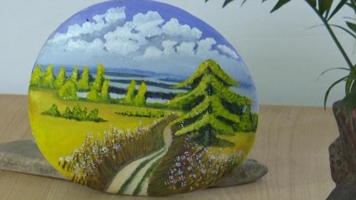 74秒丨滕州一小学校本课点石成画 平凡石头变身艺术品