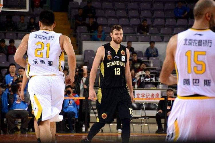 西王高层督战男女篮揭幕战 如此酷爱篮球董事长给出答案