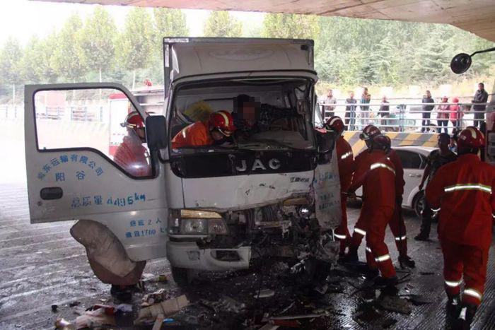 桥下涵洞三车相撞一人被困 聊城消防实施救援