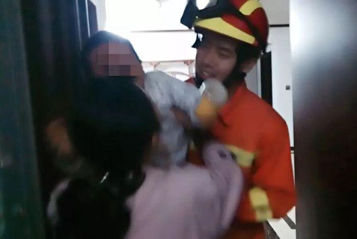 莘县一两岁儿童被困17楼家中 消防人员爬窗救人