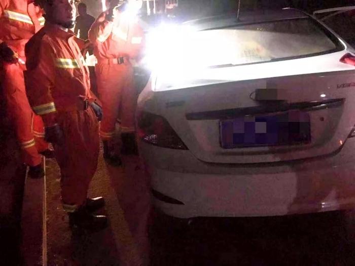 轿车深夜撞上路边石墩两人被困 聊城消防成功救援