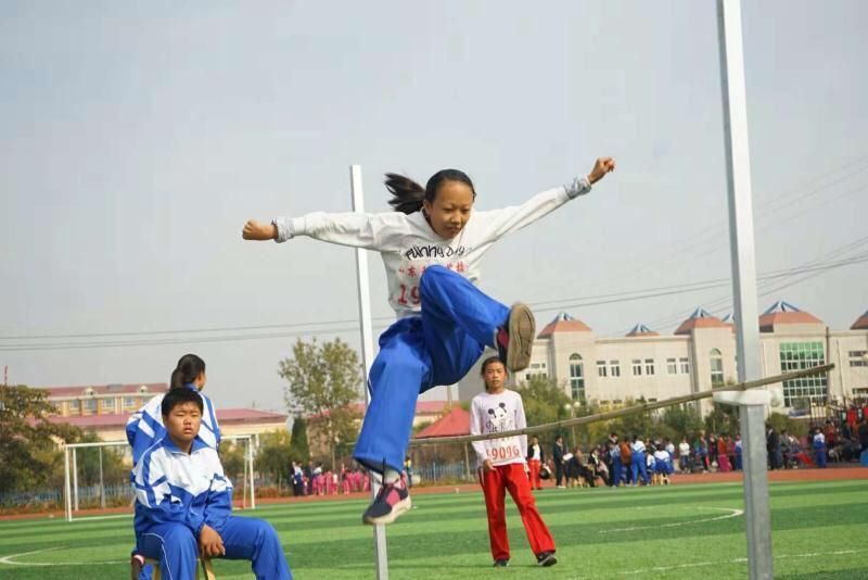 """阳信一乡村建起""""花园式""""高标准学校 孩子们在新操场上激情飞扬"""
