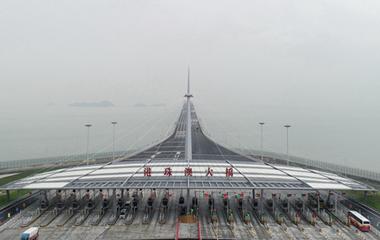 港珠澳大桥正式通车 第一批旅客跨海试新